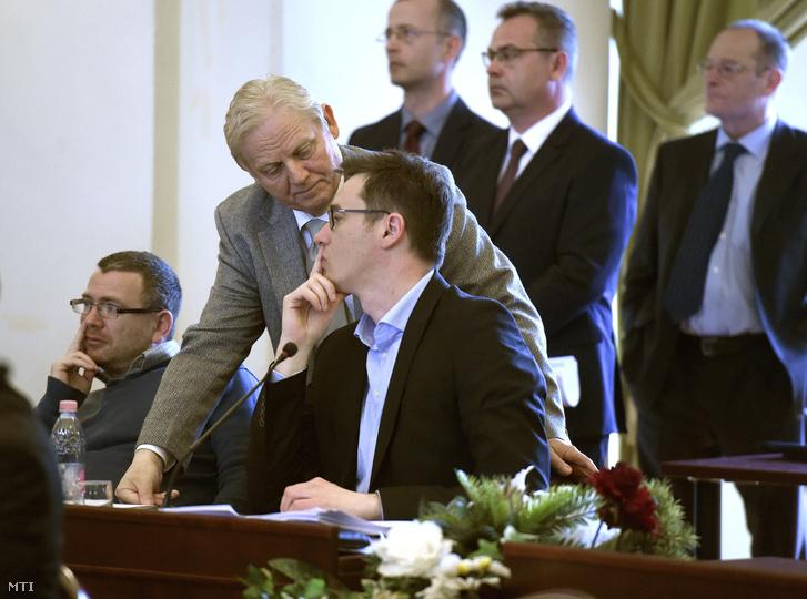 Tarlós István főpolgármester (b2) és Karácsony Gergely Zugló polgármestere (b3) a Fővárosi Közgyűlés ülésén a Városháza dísztermében 2017. április 5-én. A közgyűlés döntött a római-parti védmű Duna-part menti nyomvonalon történő megépítésérõl.