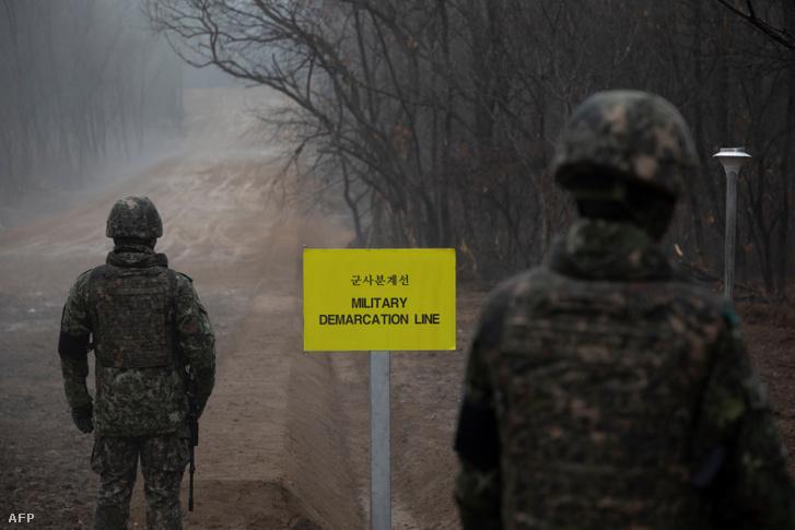 Dél-koreai katonák járőröznek az Észak-Koreát és Dél-Koreát elválasztó demarkációs vonal déli részén 2018. december 3-án