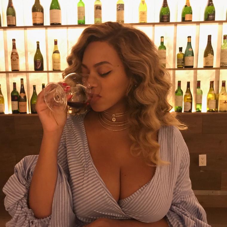 És persze ember nem nézett még bele ilyen mélyen a poharába, ha ennyi bor volt még benne, mint Beyoncé