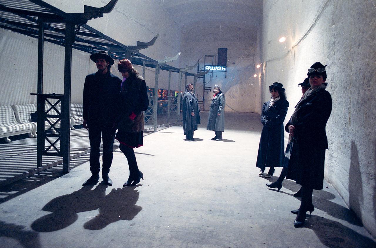 Statiszták várakoznak a forgatáson a kőbányai pincékben.