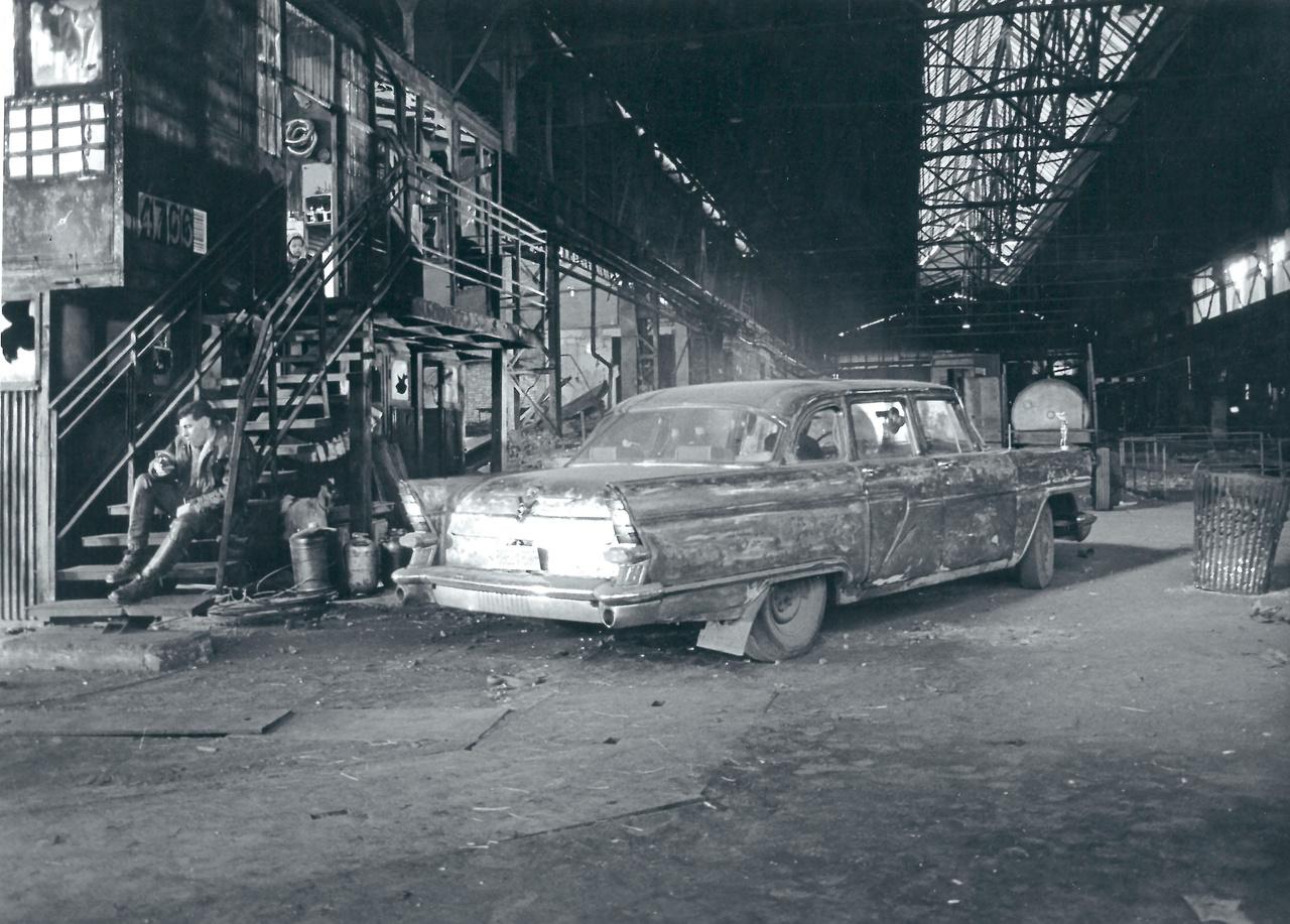 A Meteo egyik legendás, a filmzenelemez borítójára is felkerülő autó egy szovjet Csajka volt, amiről leszedték a fényezést, a motorháztetejére pedig két olyan női aktszobrot ragasztottak, amit Zsótér egy Majakovszkij (ma Király) utcai trafikban talált. A Verőt alakító Varga Zoltán a Meteo miatt tanult meg vezetni, ő is vezette a Csajkát. Egy gyártásvezető félt, hogy a színész összetöri az autót, és lett is egy kisebb baleset, amikor egy rosszkor indított teherautó egy jelenetben nekicsattant a kocsinak.