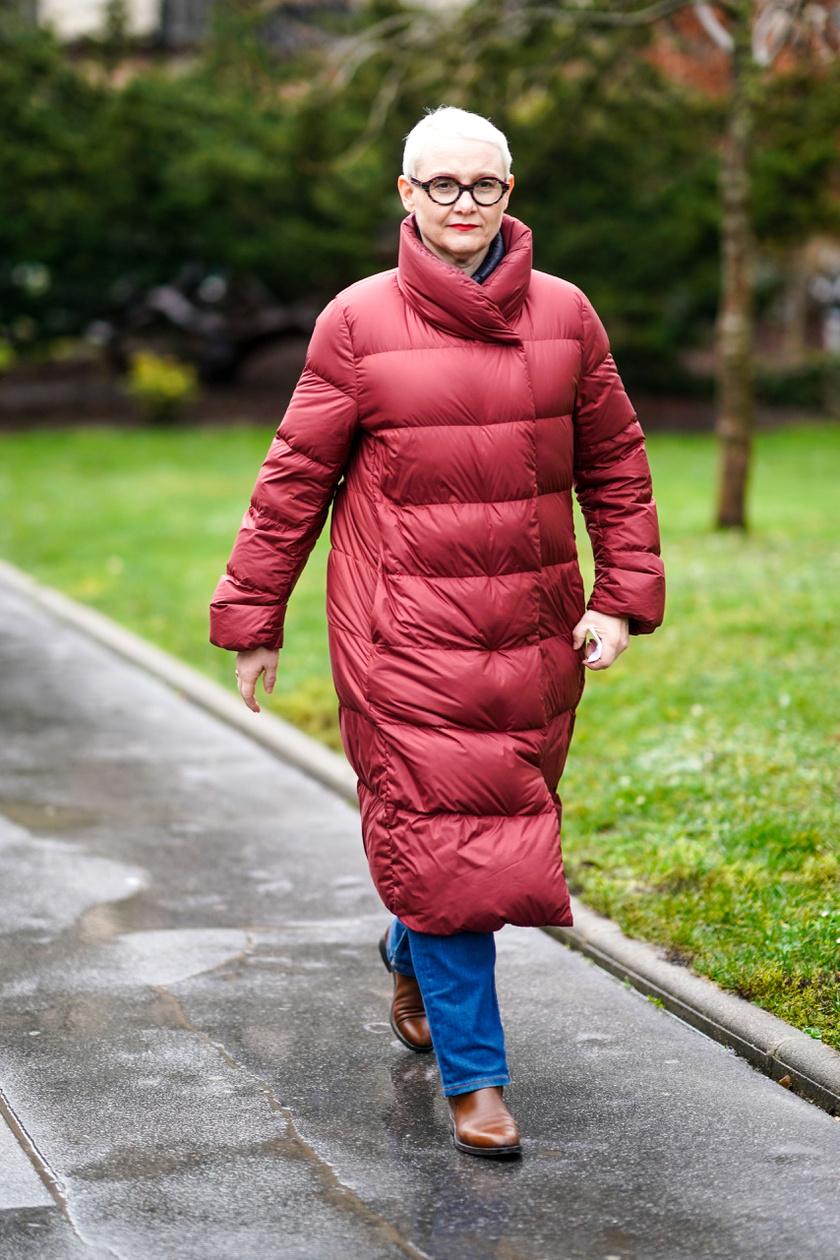 A test vonalát enyhén követő pufi dzseki kortalanul viselhető. A nőies megjelenésre vágyóknak akár egy bordó vagy egy kék változatban is szuper, ráadásul extra meleg.