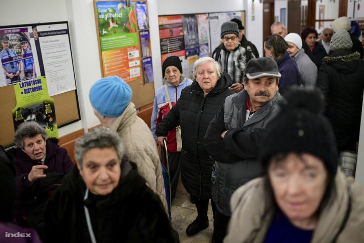 Étkezési utalványért sorban álló nyugdíjasok a XV. kerületi Polgármesteri Hivatalban