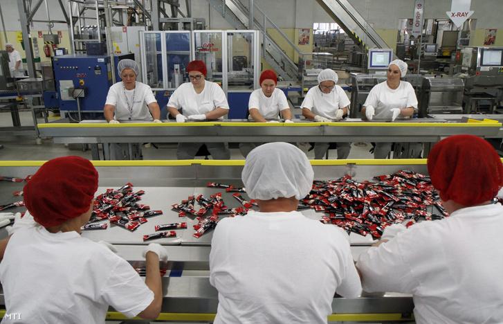 Munkások dolgoznak a gyártósoron a Nestlé Hungária Kft. szerencsi üzemében