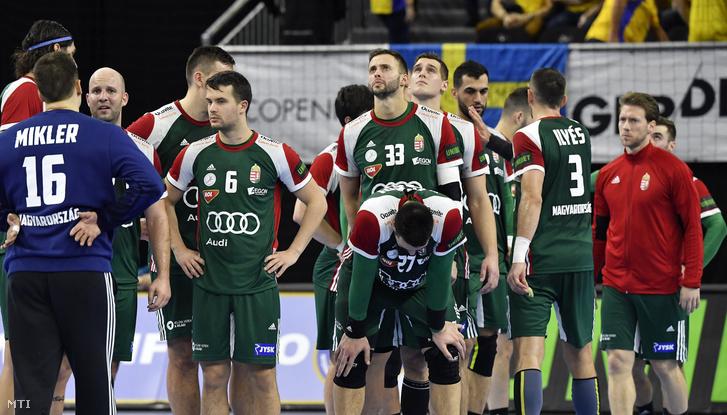 A magyar válogatott játékosai a német-dán közös rendezésû férfi kézilabda-világbajnokság csoportkörének 1. fordulójában játszott Magyarország - Argentína mérkõzés végén