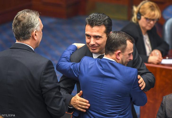 Zoran Zaev macedón miniszterelnök a szkopjei parlament üléstermében január 11-én