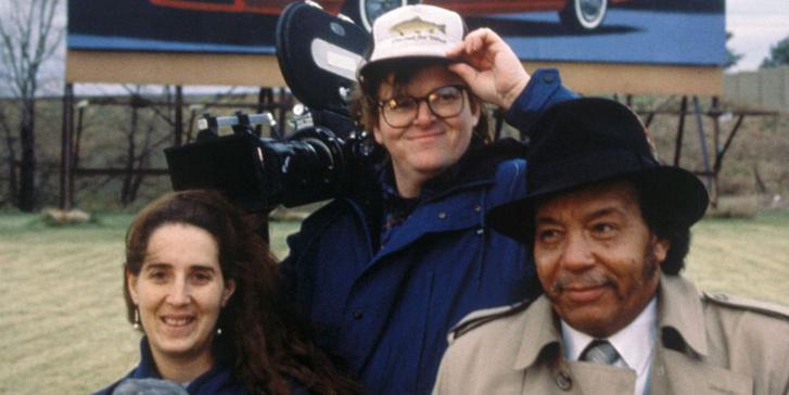Michael Moore (középen) a Roger és én két jelentős szereplőjével