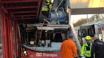 Buszmegállóba hajtott egy busz Ottawában