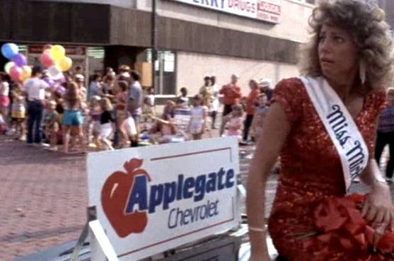 A jelenet, amikor Moore letámadja kérdésével Miss Michigant a flinti parádén