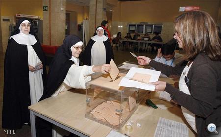 Apácák szavaznak az előre hozott spanyol parlamenti választásokon az északkelet-spanyolországi Murciában