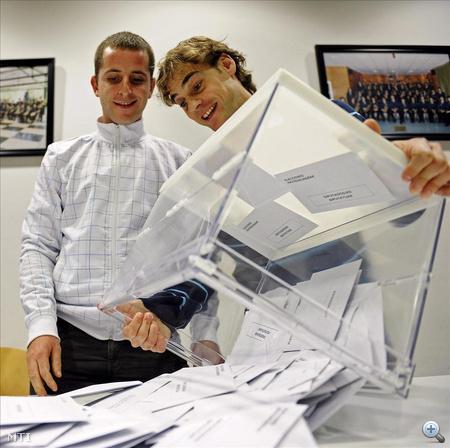 A választási bizottság tagjai kiürítenek egy urnát az észak-spanyolországi Berriozarban, miután befejeződtek az előre hozott spanyol parlamenti választások