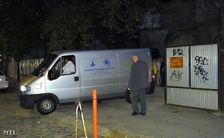 Halottszállító a budapesti Molnár János barlangnál.