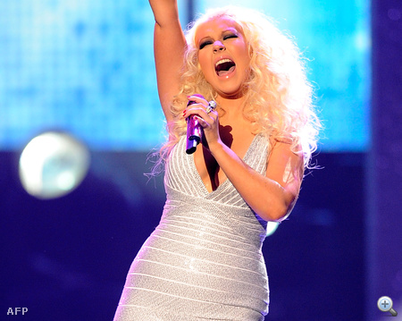 Christina Aguilera a Maroon 5-val énekelt együtt a csillogó miniruhában. A Daily Mail egyszerűen divatkatasztrófának nyilvánította fellépését.