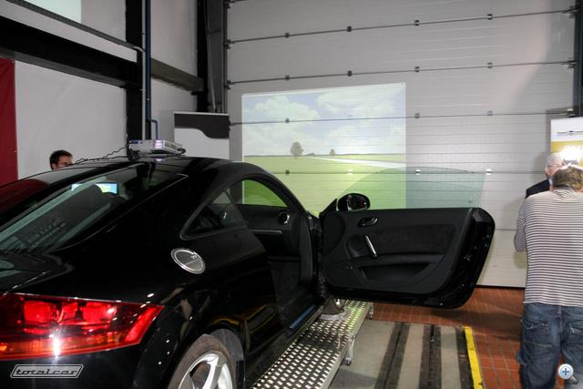 A szimulátor nagy okossága: egyetlen gombnyomásra rendes, normál módon működő autóvá válik