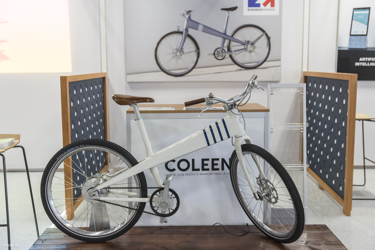 A francia Coleen ékszíjhajtásos, elektormos bicikli kellemes formájú, az akkumulátorst  váz vastag részébe rejtették.