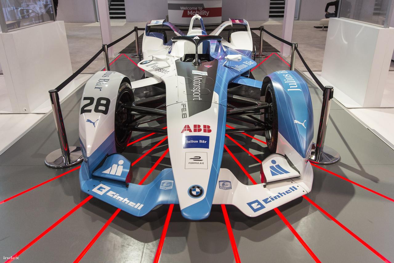 Formula-E versenyautó. Az autóversenyzés új fölső osztálya lehet hamarosan az elektromos autók viadala, letaszítva a trónról a benzines Forma-1-et.