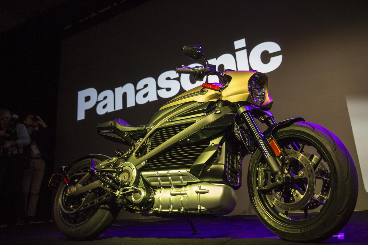 A Panasonic és a Harley Davidson közösen fejlesztett elektromos motorkerékpárját 2014-ben mutatták be, de igazán most lett kész, meg lehet rendelni. 29 779 dollár az ára.