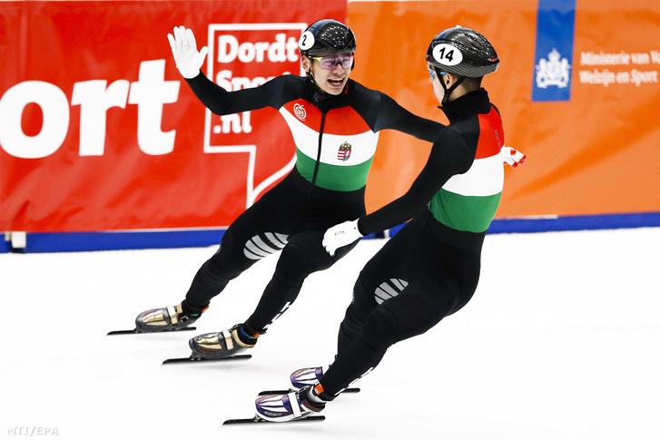Liu Shaolin Sándor (b), miután aranyérmet nyert másodikként célba érő öccse, Liu Shaoang (j) előtt a dordrechti rövidpályás gyorskorcsolya Európa-bajnokság férfi 1500 méterén 2019. január 12-én.