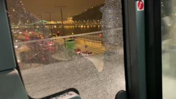 Hiába szóltak az utasok, kitört ablakkal ment a busz