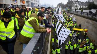 Könnygáz és vízágyú a párizsi tüntetéseken