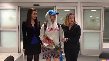 Kanadás felsőben érkezett meg új hazájába a családja elől menekülő szaúdi lány