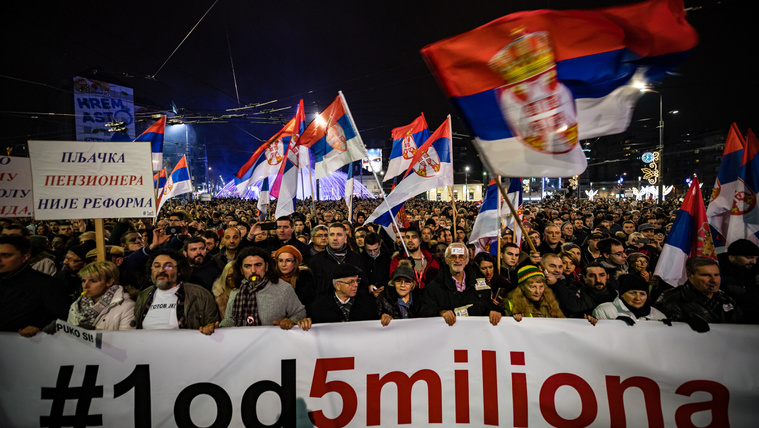 Több ezren tüntettek a szerb elnök ellen