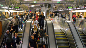 A 4-es metró újabb állomására telepíthetnek beléptető kaput