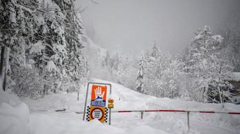 Lavinaveszély miatt lezárt sípályán halt meg három német síelő