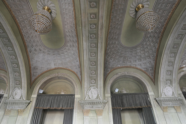 A festés látszatarchitektúrát imitált kazettás kupolákkal.