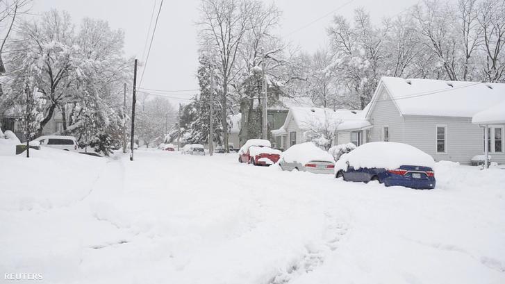 Hó alatt az utca a Missouri-beli Columbiában