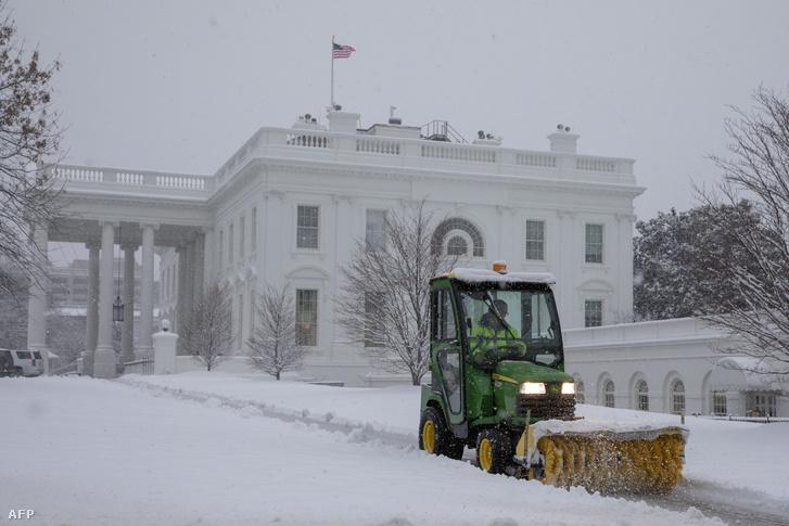 Takarítják a havat a Fehér Ház előtt