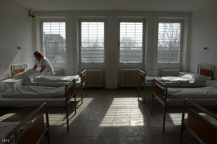 Az ágyneműt rendezi el egy ágyon egy nővér az Egyesített Szent István és Szent László Kórház-Rendelőintézet Merényi Gusztáv Kórház felújított pszichiátriai osztályán 2016. március 11-én.
