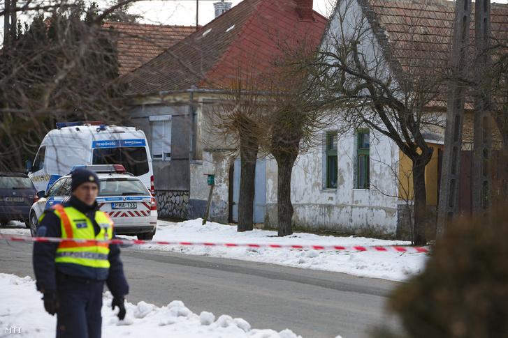 Rendőrségi útzár 2019. január 11-én a Veszprém megyei Káptalanfán, a Petőfi utcában, ahol egy embert megölt, három másikat megsebesített, majd magával is végzett egy osztrák férfi.