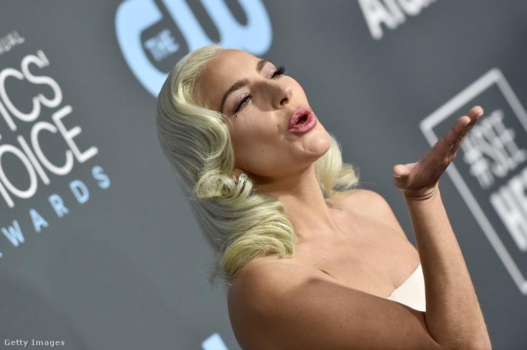 Az énekesnő színészi kvalitása felér a már 6 Oscar-díjra jelölt Szörnyella de Frász megtestesítőjével.