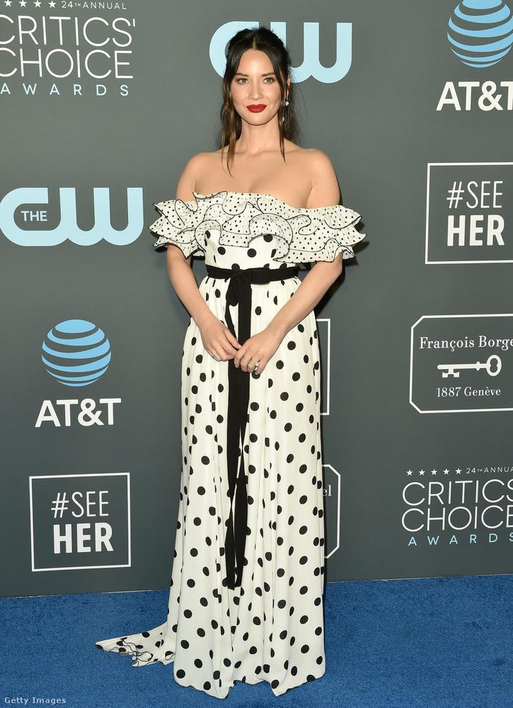 Olivia Munn már fekete pöttyökkel cifrázta az amúgy dress code-nak tűnő fehér felöltőt.