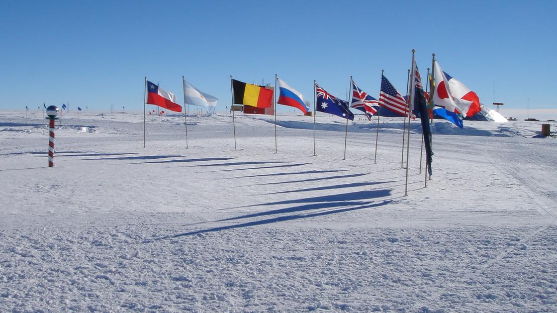 Kitűzött zászlók a Déli-sarkon 2005. január 16-án