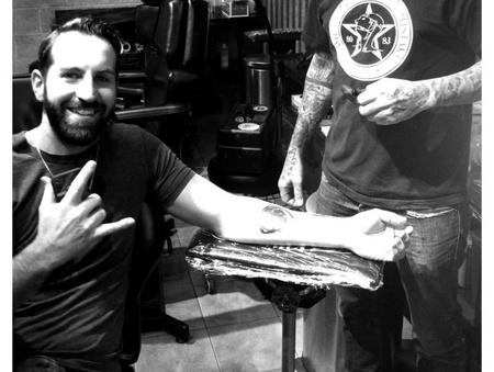 Josh Kelly örül a tetoválásának
