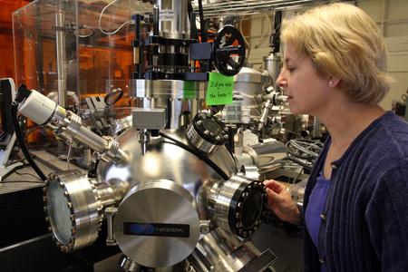 Caroline Ross, a MIT kutató professzora az egyetem laboratóriumában