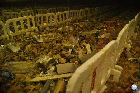 Mátrai Erik: Őszi események (a szemétgyártás tovább folytatódik...) / Tükrös szekrény, installáció