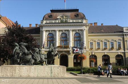 Kisfaludi Strobl Zsigmond Végvári vitézek című szobra, amelyet 1967-ben állították fel a Dobó téren. A háttérben a városháza.