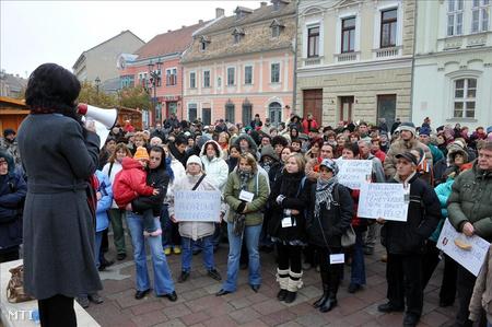 A városháza előtt Esztergomban