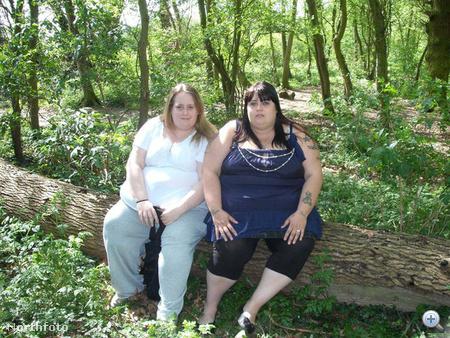 Amanda Hart és Michelle Flack együtt fényképezkednek a természetben