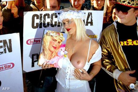 Cicciolina még 2003-ban is melleivel tüntetett, ekkor éppen Hágában