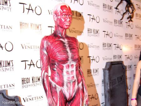 Heidi Klum nyúzott emberként, saját Halloween bulijában