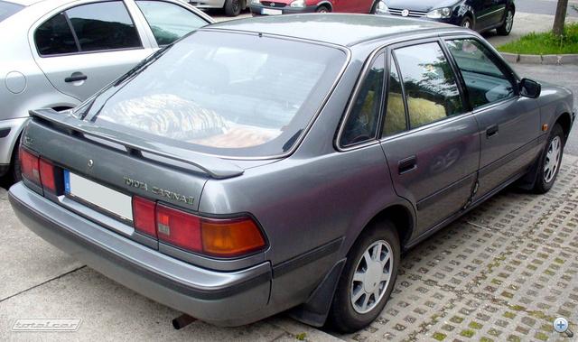 Toyota Carina II a kilencvenes évek elejéről. A hozzá készített egyik motorváltozatot majdnem egy évtizeden át megtartotta a Toyota