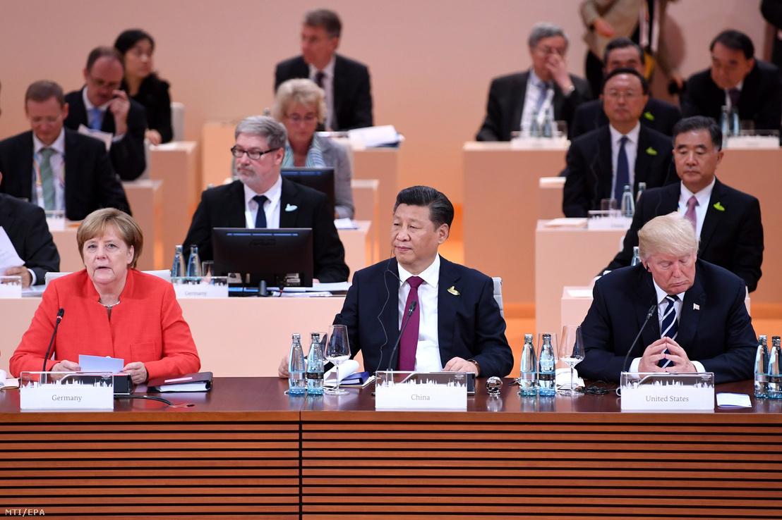 Angela Merkel német kancellár, Hszi Csin-ping kínai és Donald Trump amerikai elnök (b-j) a világ 19 legfejlettebb gazdaságú és vezető feltörekvő országát, valamint az Európai Uniót tömörítő húszas csoport, a G20 hamburgi csúcstalálkozójának első napi ülésén 2017. július 7-én.