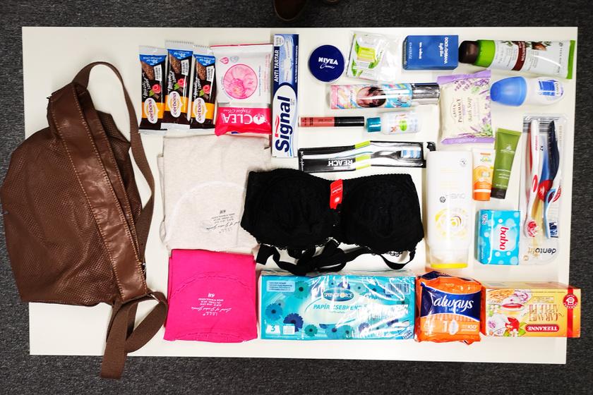 Sok minden elfér egyetlen táskában, az olyan alapvető tisztálkodószerektől, mint a szappan, egészen az olyan tartós élelmiszerekig, mint a tea és a müzliszelet.