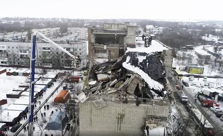 A Rendkívüli helyzetek orosz minisztériumának videofelvételéről készített kép a Sahtiban történt gázrobbanásban megrongálódott lakóházról 2019. január 14-én.