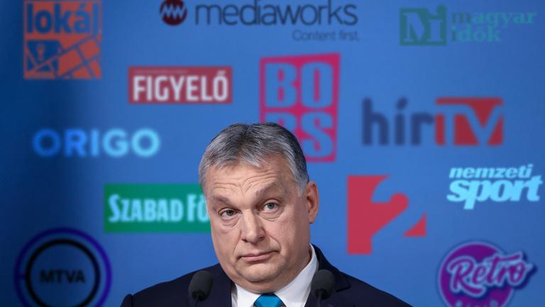 Szétverik a szabad sajtót, de Orbán még mindig panaszkodik