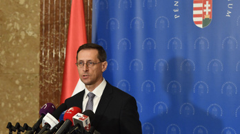 Varga Mihály vizsgálatot indított a nyugdíjak problémás utalása miatt